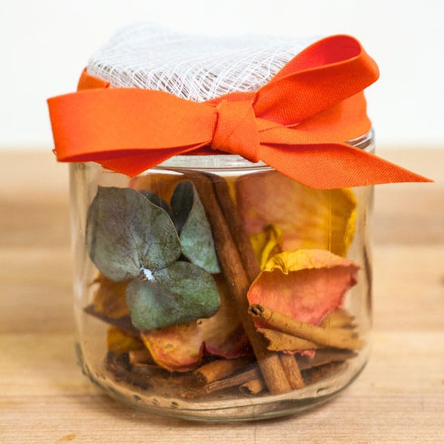 How to Make Homemade Potpourri (2 Ways)