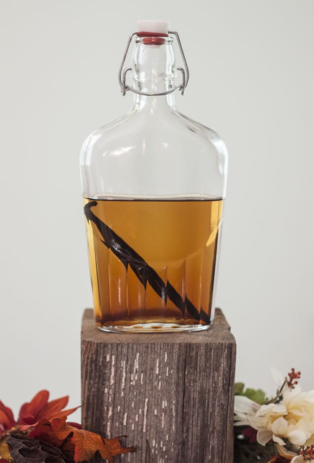 Homemade Vanilla Extract- one of the easiest and coolest homemade food gifts! Your friends will be impressed.